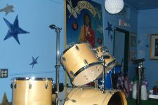 Drum kit on the bandstand in the Lounge in 2006. A portrait of Ernie K-Doe hangs in the background.